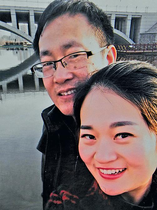 王全璋律師與妻子李文足在2015年2月的合照。他在當年7月被捕。(AFP)