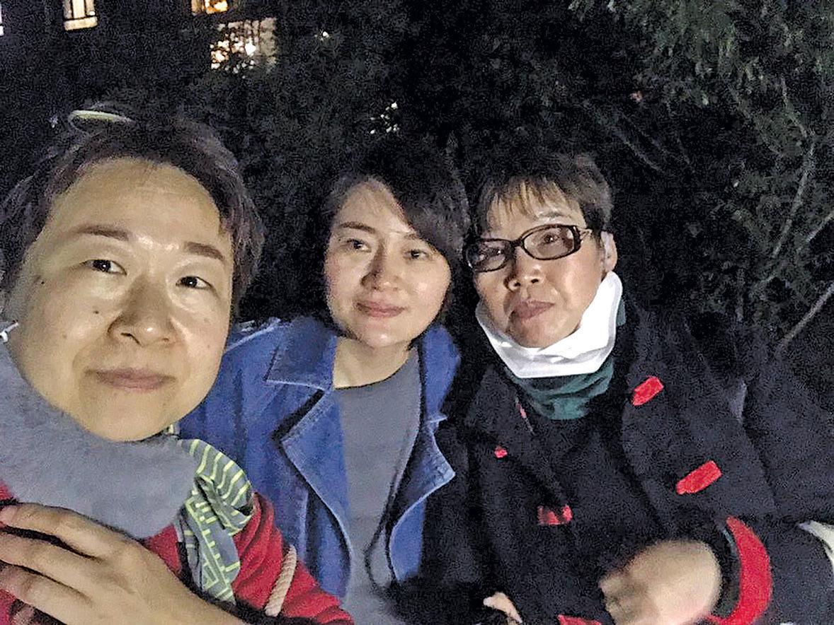 王全璋回家不久,居委會即上門騷擾,幫助和照顧李文足的709案律師李和平的妻子王峭嶺(左)、維權人士翟巖民的妻子劉二敏(右)被迫離開。(取自推特)