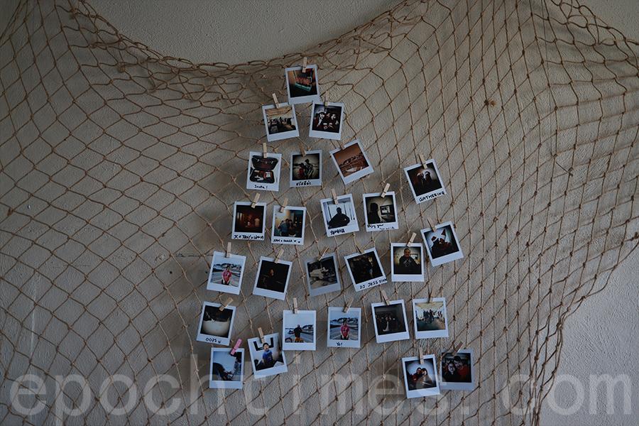 店內的相片牆,JC十分享受在南丫島充滿人情味的生活。(陳仲明/大紀元)
