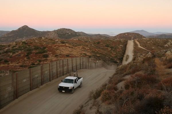 2016財年截至今年5月,在美墨邊境逮捕到的偷渡中國人數量,較2015財年增加1281%,這意味著大陸與拉美國家間的犯罪集團,已建立更密切的關係。圖為美墨邊境。(David McNew/Getty Images)