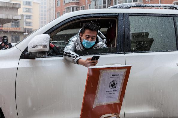 圖為2020年4月22日,位於中俄邊界的黑龍江省綏芬河,司機出入小區掃二維碼登記。當局限加大制人員流動,防中共病毒二度大爆發。據自由亞洲電台報道,有當地居民稱,目前黑龍江實際處於封省狀態。 (STR/AFP via Getty Images)
