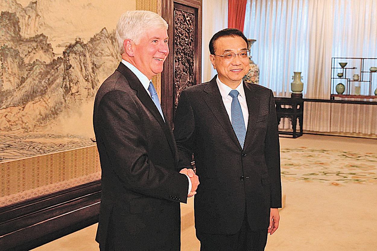 密歇根前任州長在任8年8次訪華。圖為他2017年8月訪華時與中共總理李克強握手。(AFP)