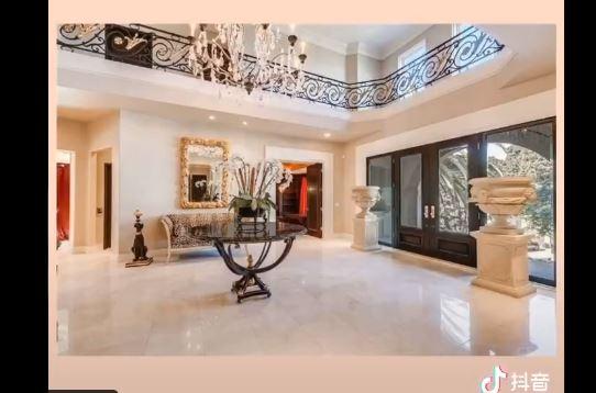 孫力軍落馬後,26日有民眾在社交媒體公佈一段豪宅視頻,自稱是,前央視主持人董卿在美國好萊塢購置的豪宅,現在值千萬美元。(影片截圖)