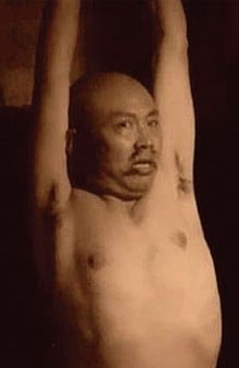 武漢商人徐崇陽因發表批評薄熙來言論而被捕,2013年初刑滿出獄後,曝光自己在被拘押期間遭酷刑凌辱,被扒光衣服吊打致肋骨骨折,牙齒掉落。當時指使對徐案行刑逼供的就是傅政華。(影片截圖)