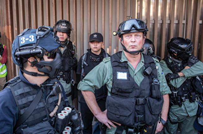 四中全會舉行前夕,英籍署理新界南總區指揮官陶輝(Rupert Dover)10月27日高調帶領警員在抗議現場隨意抓人,控制香港警察系統的中共政法委被質疑是有意在香港刺激暴力場面。(余鋼/大紀元)