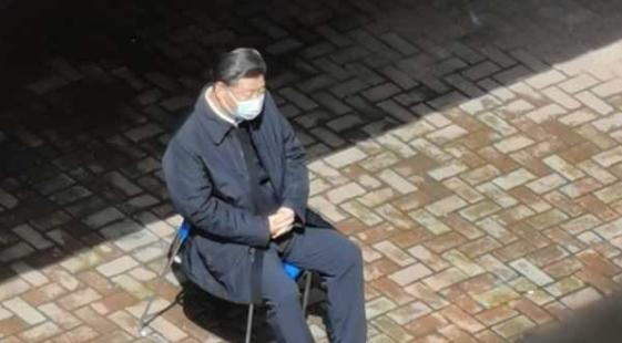 """習近平3月10日視察武漢時,一張罕有""""獨坐一旁""""照片流傳網絡。(網絡圖片)"""