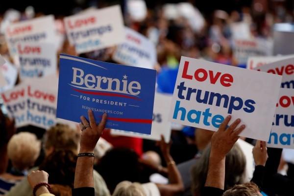 民主黨全代會開幕,會場內有人高舉支持桑德斯的標牌。(Aaron P. Bernstein/Getty Images)