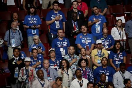 民主黨全代會開幕,會場內到處可見支持桑德斯的代表。(Win McNamee/Getty Images)
