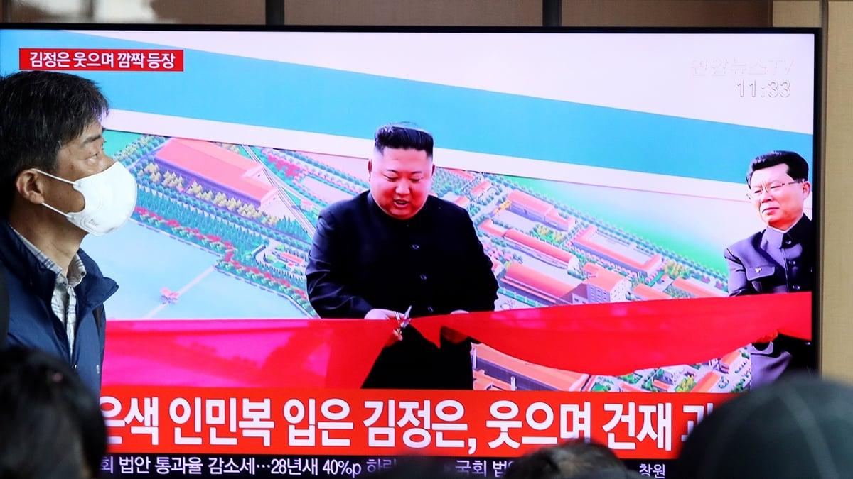 5月1日,金正恩在順天磷肥廠峻工儀式上剪綵。(Chung Sung-Jun/Getty Images)