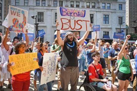 會場外支持桑德斯的群眾。(Jeff J Mitchell/Getty Images)