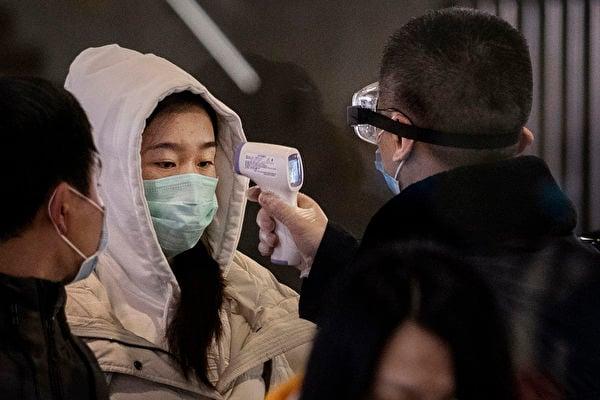 美國一份最新研究報告表示,中共病毒疫情可能會持續18至24個月,直到全球約60%至70%人口免疫才會受到控制。(Kevin Frayer/Getty Image)