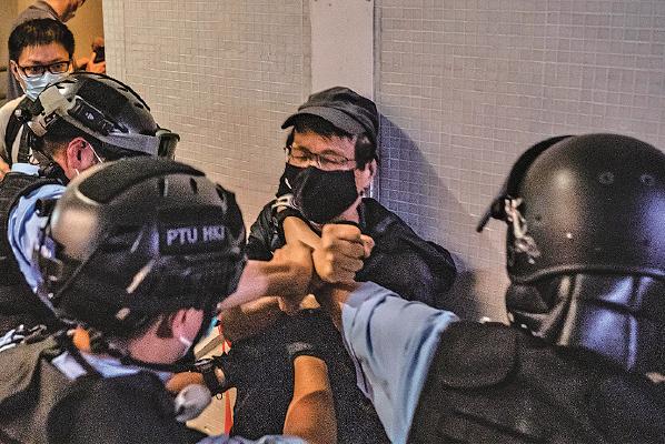 4月26日,太古城和你唱和平抗爭活動,雖然參與市民自覺不超過四人一組並 保持1.5 米距離,但仍遭警方暴力鎮壓。(Anthony Kwan/Getty Images))