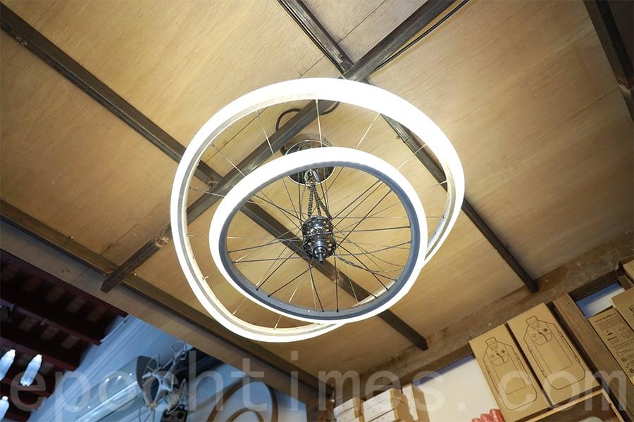 天花上的LED燈由單車輪改造。(陳仲明/大紀元)