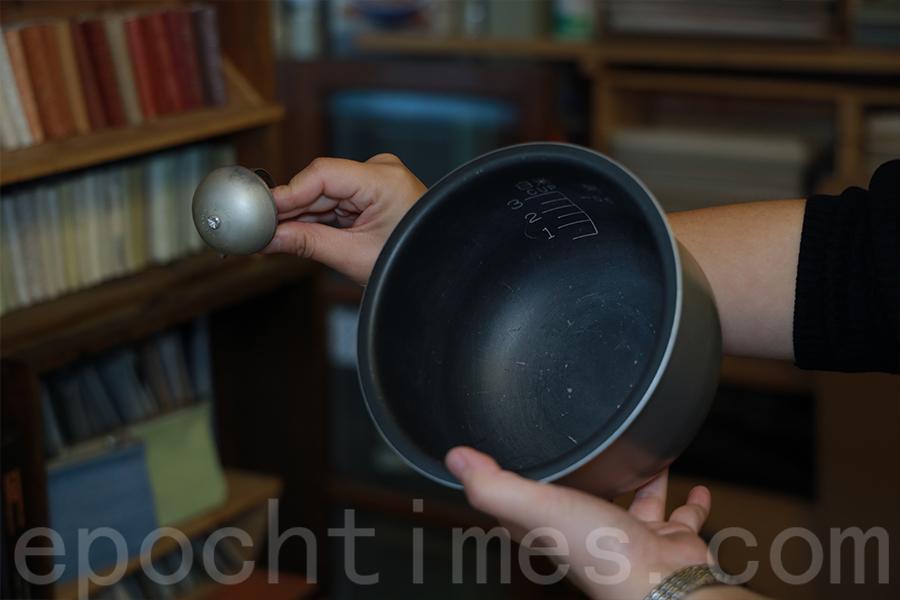 電飯煲製作成的單車響鈴。(陳仲明/大紀元)