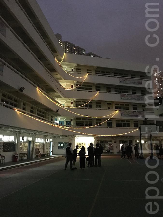 街市內的生果網編織成的LED聖誕樹。(受訪者提供)