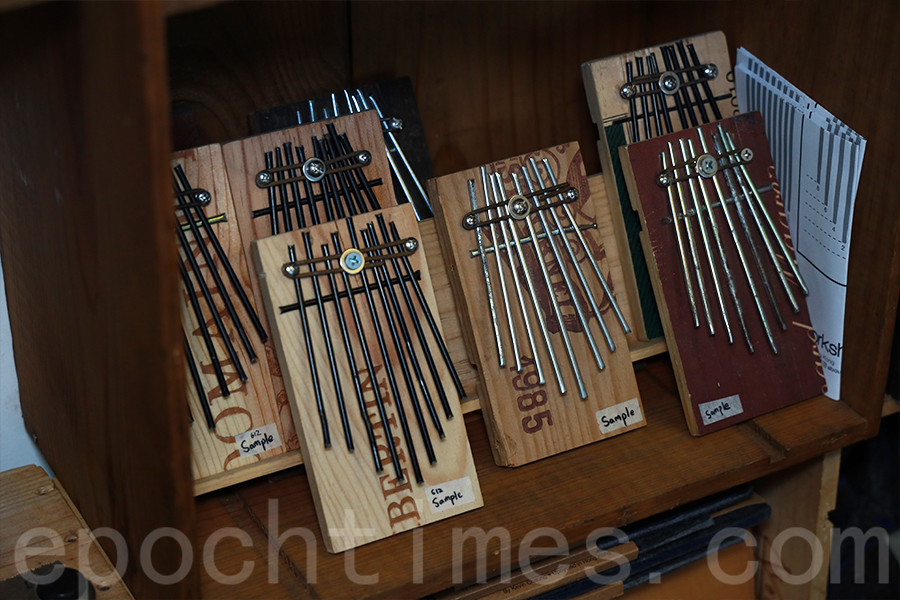 社運中被遺棄的傘骨製作成樂器拇指琴。(陳仲明/大紀元)