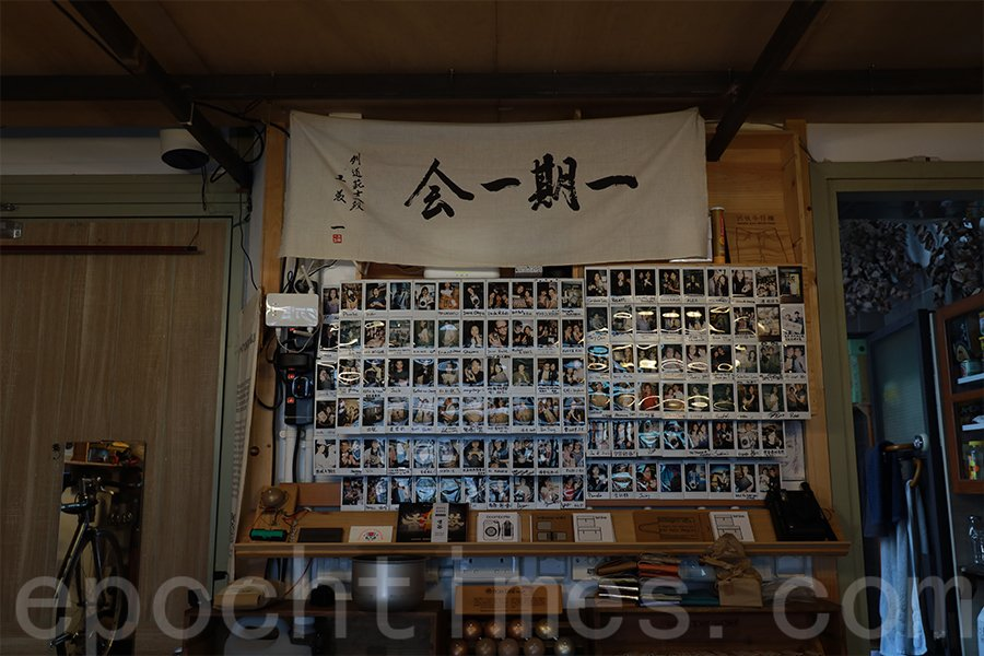 Kevin工作室中的相片牆,記錄與客人的互動。(陳仲明/大紀元)