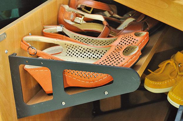 可以在鞋櫃中放幾張衣物柔順紙,以去除異味。(Fotolia)