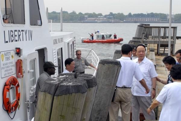 2006年7月21日郭伯雄在美國紐約港口訪問。(Angelia M. Rorison/U.S. Coast Guard via Getty Images)