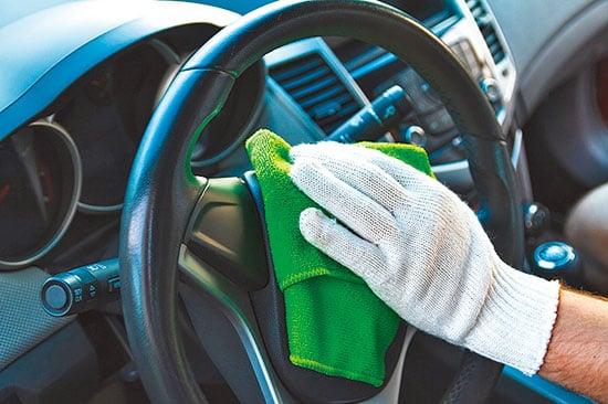 方向盤是手部經常接觸的地方,應該每天清潔。(shutterstock)