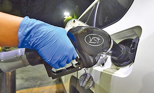 每次加油時,都要記得清潔汽車的油門蓋和裏面接觸油泵嘴的地方。(Getty Images)