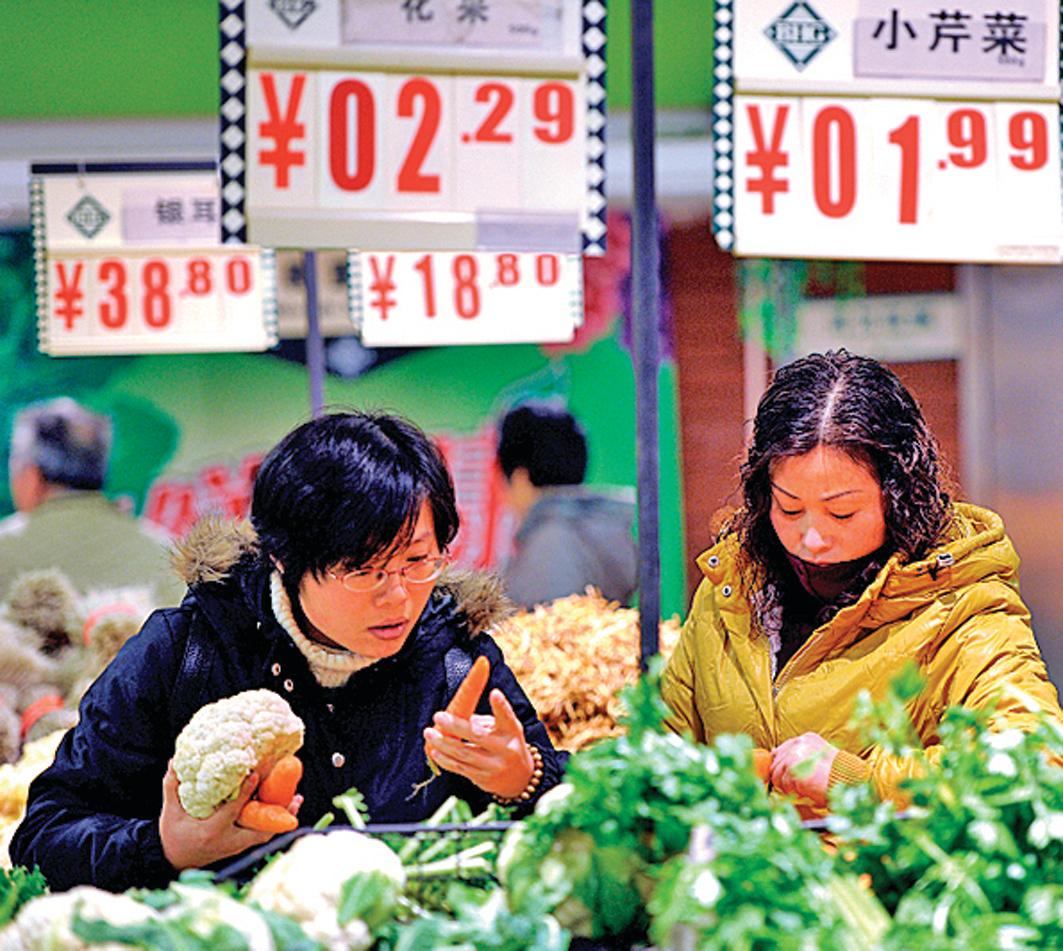 中共病毒疫情持續蔓延,數據顯示,陸消費五大重點行業一季度超六成虧損。圖為大陸一菜市場。 (AFP)
