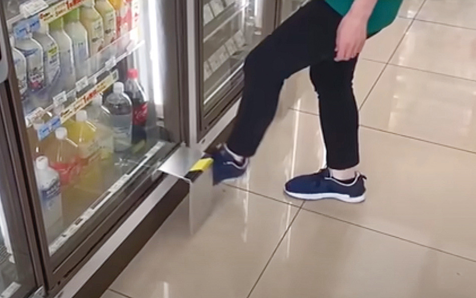 日本商舖抗疫新招 不用手就能打開雪櫃