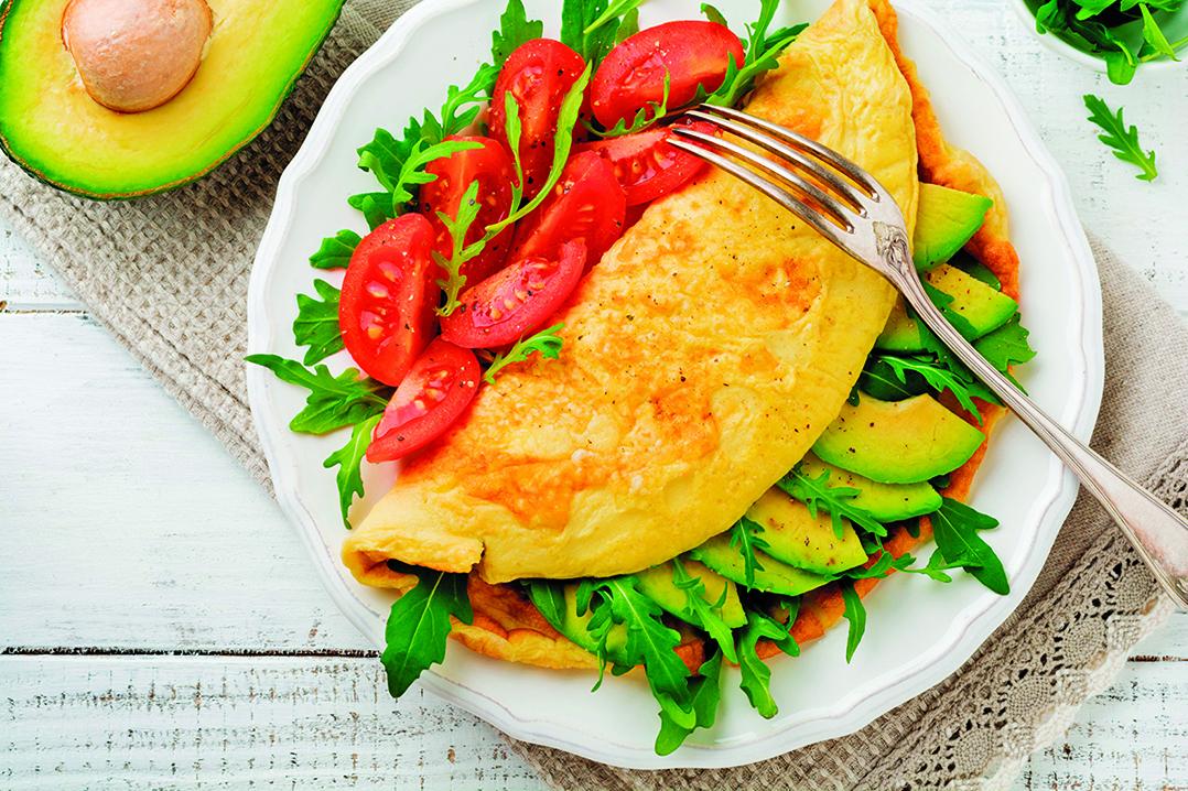 牛油果搭配芝士、雞蛋、芝麻菜與小番茄,可提供充足的營養。