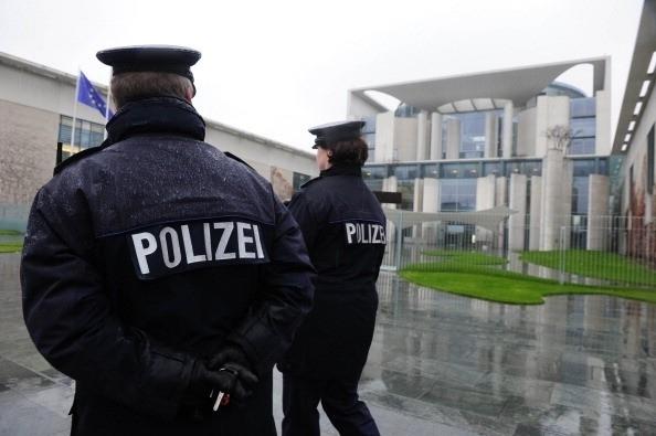 德國在短短7天之內連發4宗暴力事件,其中兩宗或跟恐怖組織「伊斯蘭國」(IS)相關。圖為總理府前執勤的警察(AFP/Getty Images)