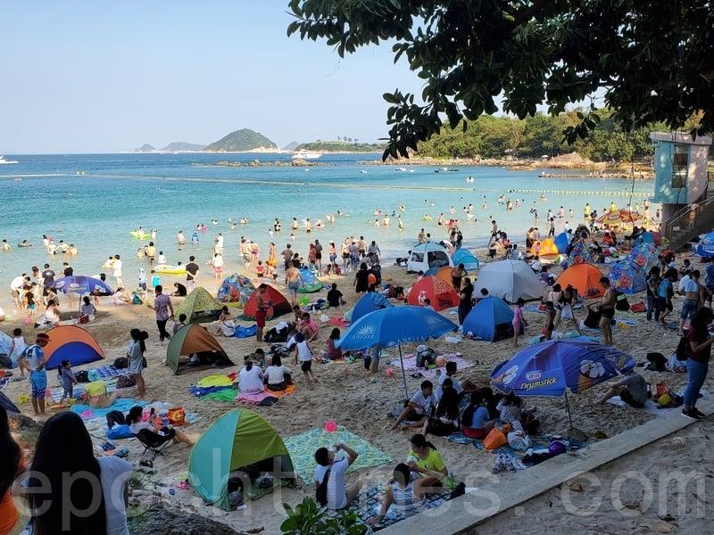 昨日是五一長假最後一天,清水灣泳灘逼滿人。(宋碧龍/大紀元)