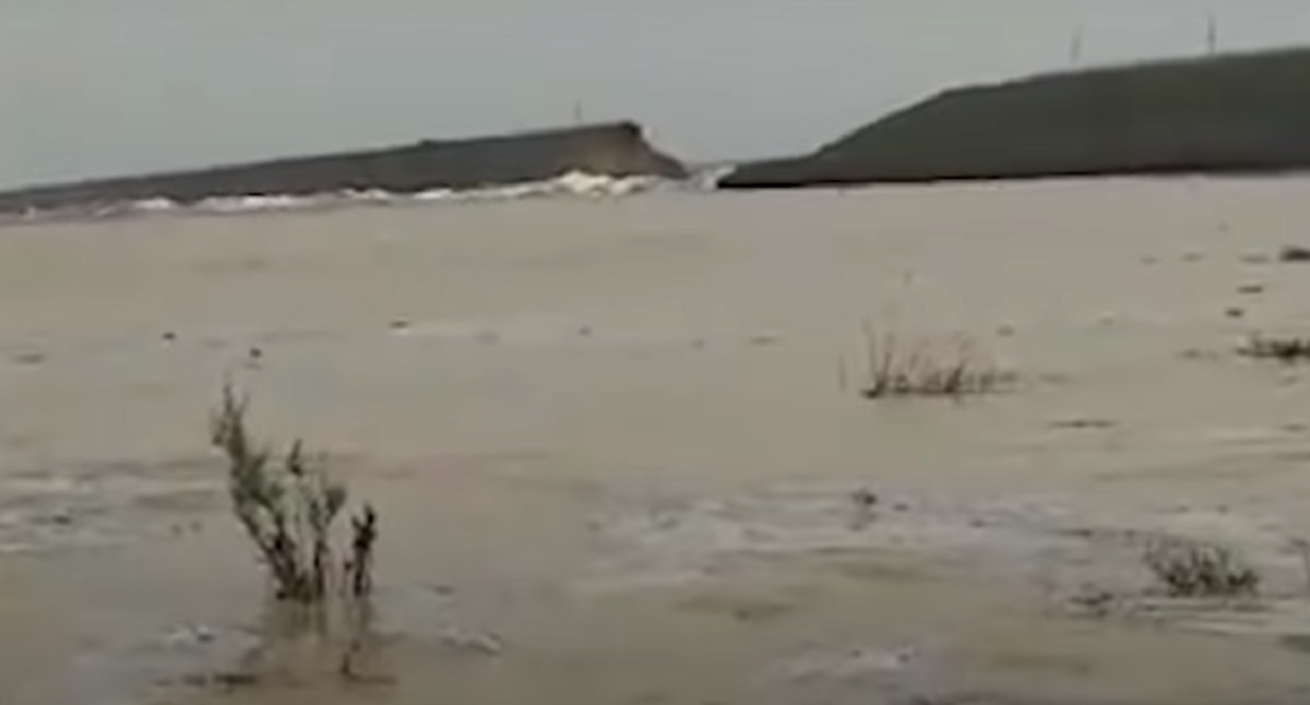 烏茲別克東部的薩爾多巴水庫(Sardoba Reservoir)29米高的混泥土壁中出現一道破口,大水朝兩側迅速漫溢,如海嘯般的大水淹沒數百座房屋。(影片截圖)