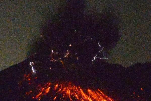 日本鹿兒島市櫻島火山的昭和火山口今天淩晨0時2分左 右發生爆炸式噴發,噴煙距火山口高達5000公尺。(共同社提供)