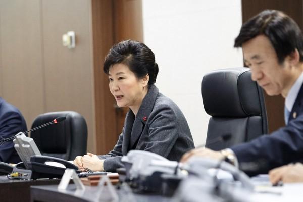 圖為2016年1月6日,南韓首爾,南韓總統朴槿惠(左)與外交部長尹炳世(右)在總統府青瓦台主持國家安全保障會議時表示,北韓宣布成功進行首次氫彈試驗,南韓要認知到問題的嚴重性,與國際社會合作對北韓採取強有力的制裁措施,堅決應對。(South Korean Presidential Blue House via Getty Images)