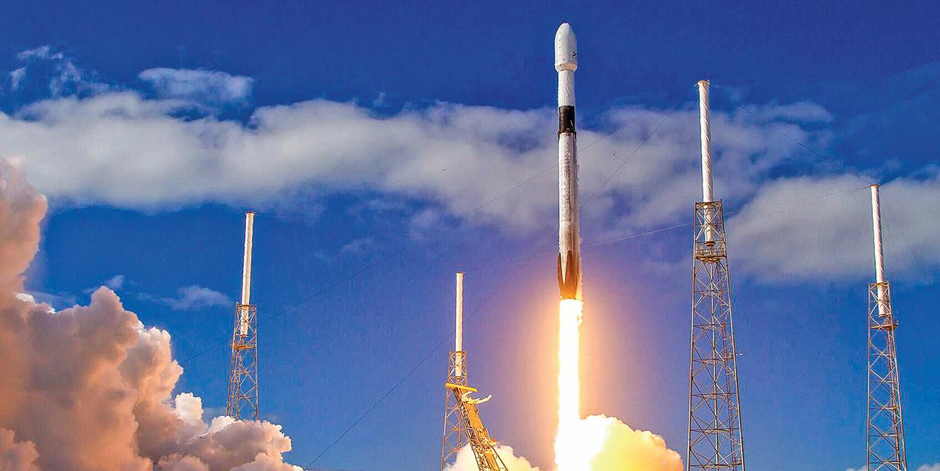 SpaceX的獵鷹9號火箭,一次可以運載60顆星鏈衛星進入地低軌道。圖為2019年11月獵鷹9號發射星鏈衛星升空。(SpaceX)