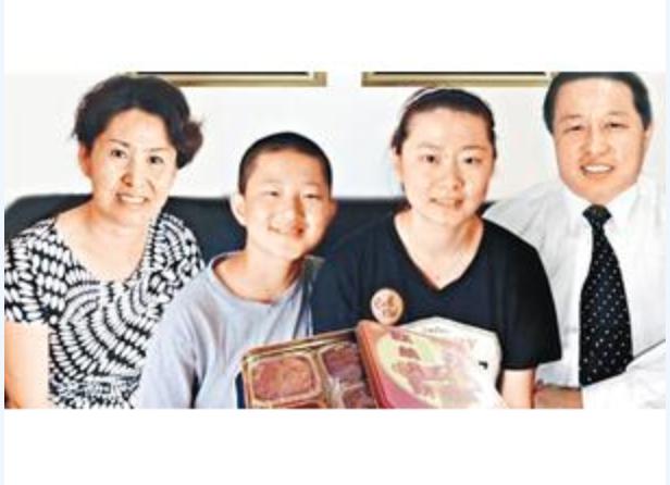 大陸著名維權律師高智晟受中共嚴重迫害多年,目前音信全無。圖為高智晟律師多年前的全家合照。從左起:太太耿和、兒子、女兒、高智晟。(網絡圖片)