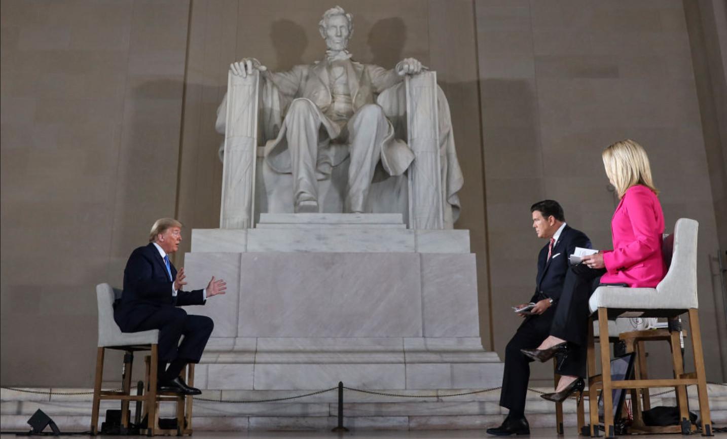 特朗普:將對中共終極制裁 絕不玩跳棋遊戲 美國總統特朗普在林肯紀念堂接受霍士新聞專訪。(Oliver Contreras-Pool/Getty Images)