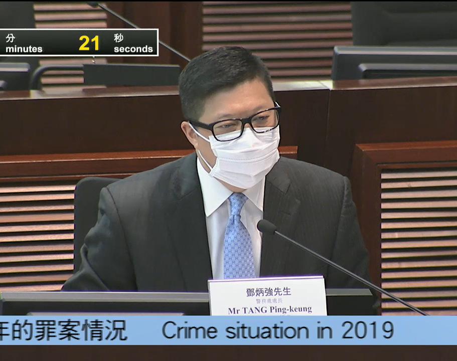 鄧炳強昨日出席立法會保安事務委員會會議時,被追問其曾租住的單位天台有僭建物等問題。(影片截圖)