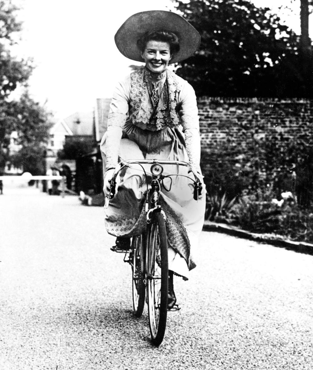 私底下的嘉芙蓮協賓喜愛運動和騎車,圖為騎著單車的嘉芙蓮。
