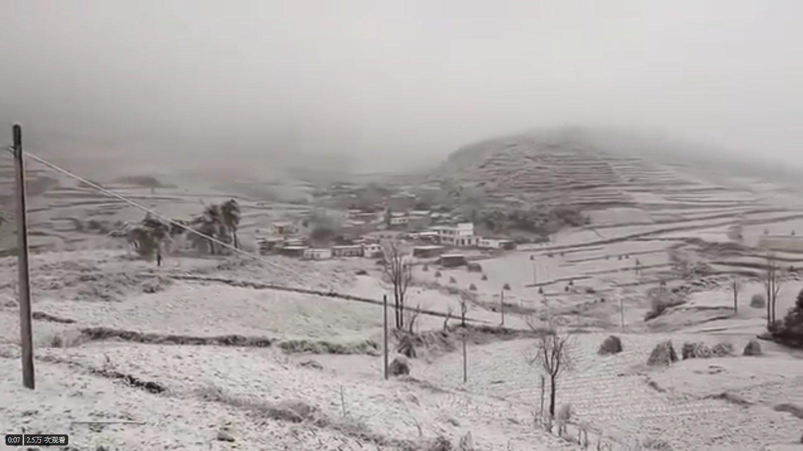5月5日立夏之際,黑龍江多地卻一片白雪覆蓋。(影片截圖)