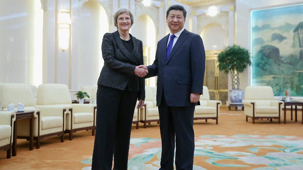 2015年3月16日,中共國家主席習近平在北京人民大會堂會見時任哈佛大學校長福士特(Drew Gilpin Faust)。(Feng Li - Pool/Getty Images)