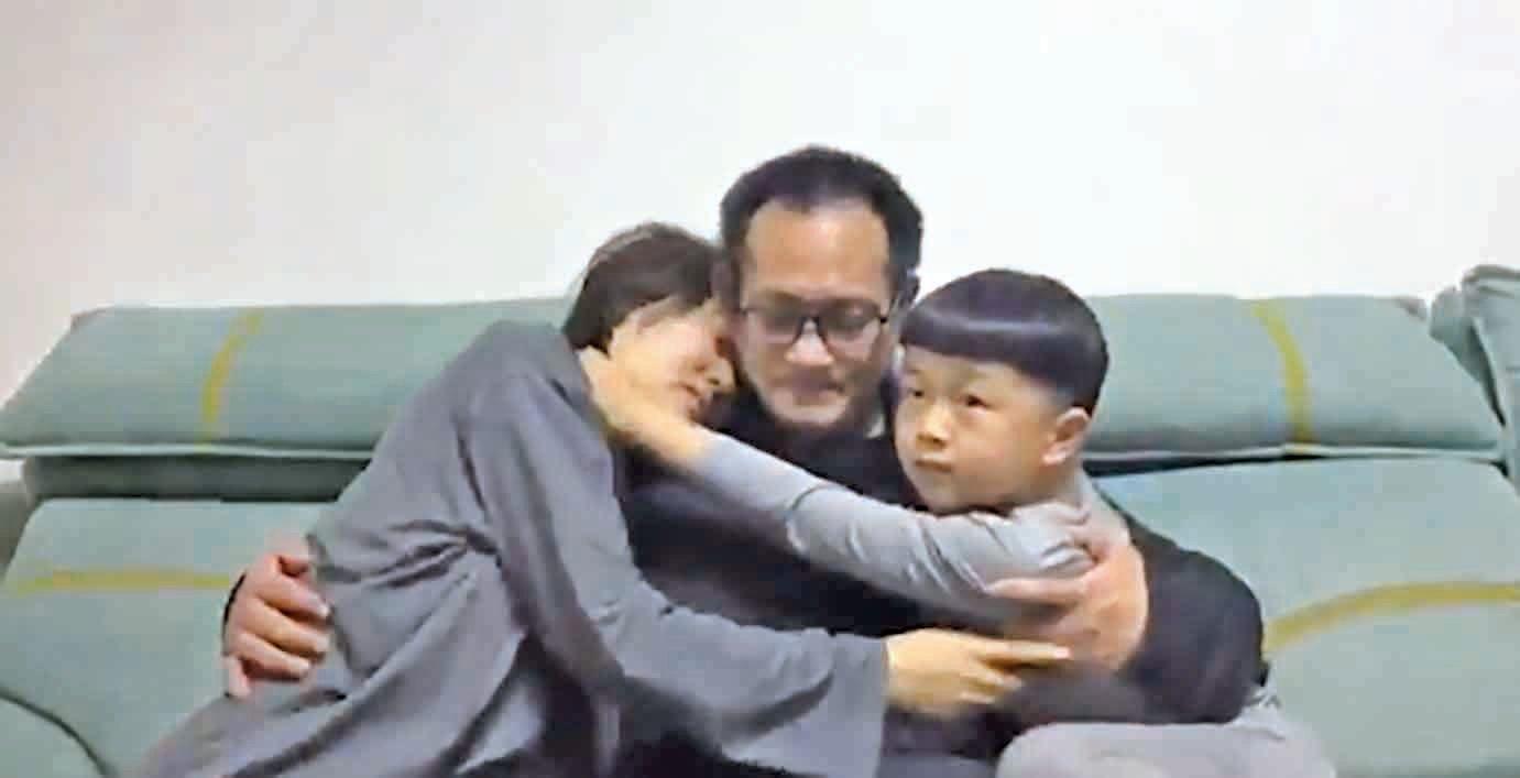 2020年4月27日,時隔5年之久,出獄後的維權律師王全璋終於回到北京家中,與妻兒團聚。(影片截圖)