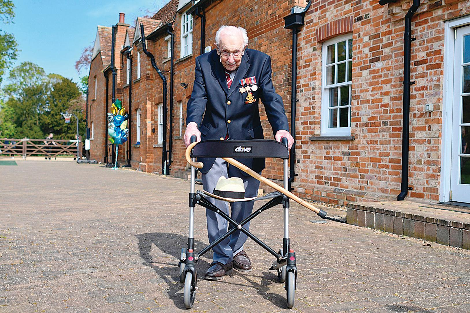 英國二戰老兵穆爾(Tom Moore)為該國醫護人員募得大約4,000萬美元。圖為2020年4月16日,他以繞行自家花園100圈的方式募款。(JUSTIN TALLIS/AFP via Getty Images)
