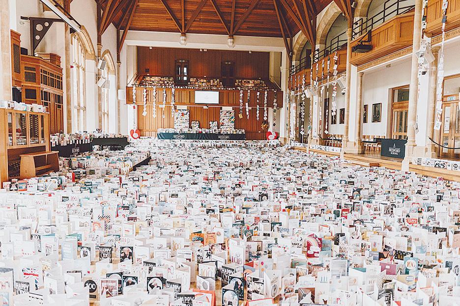 (上圖)穆爾收到的15萬生日卡被放置在學校的禮堂。(Bedford School Twitter)
