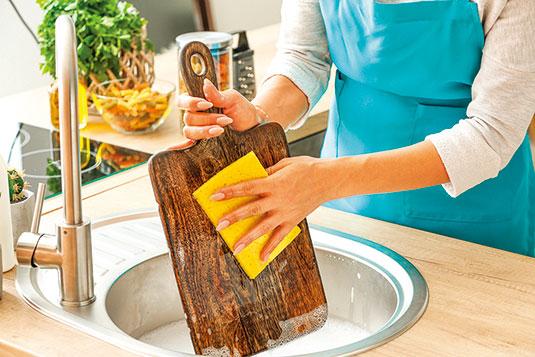 切菜板每次洗淨後應立即擦乾並放置於通風處。(shutterstock)