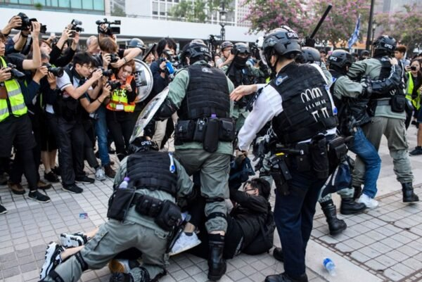 圖為反送中運動中港警暴力抓捕抗議市民。(ANTHONY WALLACE/AFP via Getty Images)