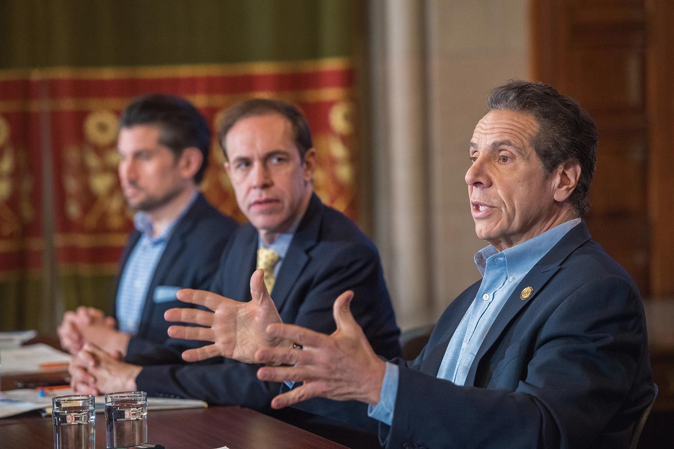 紐約州長庫默4月20日再次升級限制,要求非基本服務行業的員工100%要待在家裏工作。(州長辦公室)