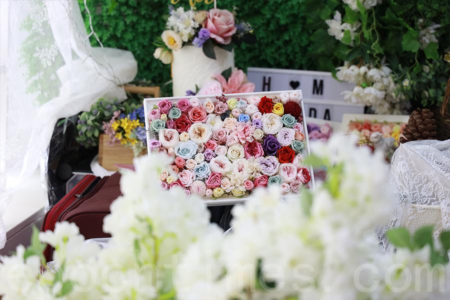 Kelly全身心投入保鮮花的設計中,幾年來推出了上百款的作品。(陳仲明/大紀元)