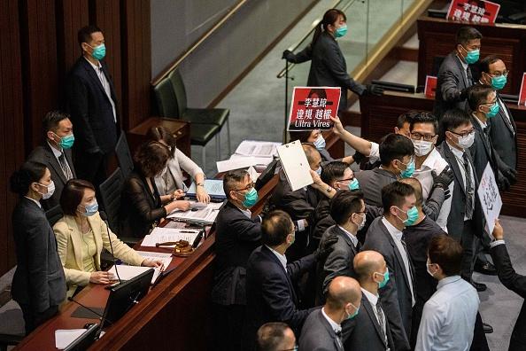 香港立法會5月8日召開2場內務委員會,現場議員爆發肢體衝突。(ANTHONY WALLACE/AFP via Getty Images)