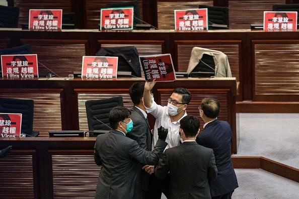 有議員被驅離會議室。(ANTHONY WALLACE/AFP via Getty Images)