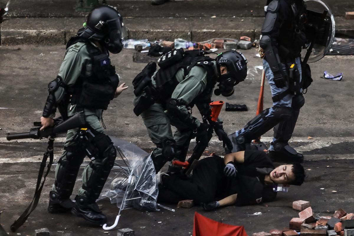 2019年11月18日,被圍困在香港理工大學裡的抗議者嘗試突圍,但警方狂發催淚彈,或抓捕抗議者。(AFP)